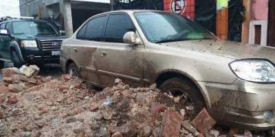 Pared de inmueble colapsa en Mazatenango tras la fuerte lluvia.