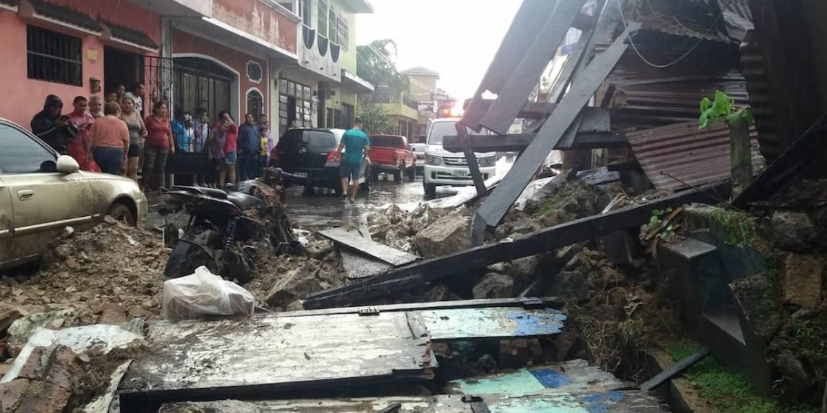 EN IMÁGENES. Pared de casa antigua colapsa en Mazatenango y provoca daños