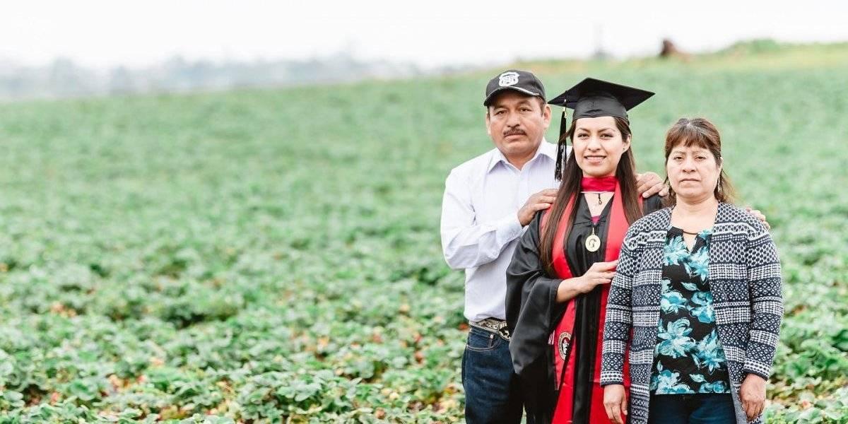 Universitaria toma sus fotos de graduación en campos de trabajo de sus padres migrantes