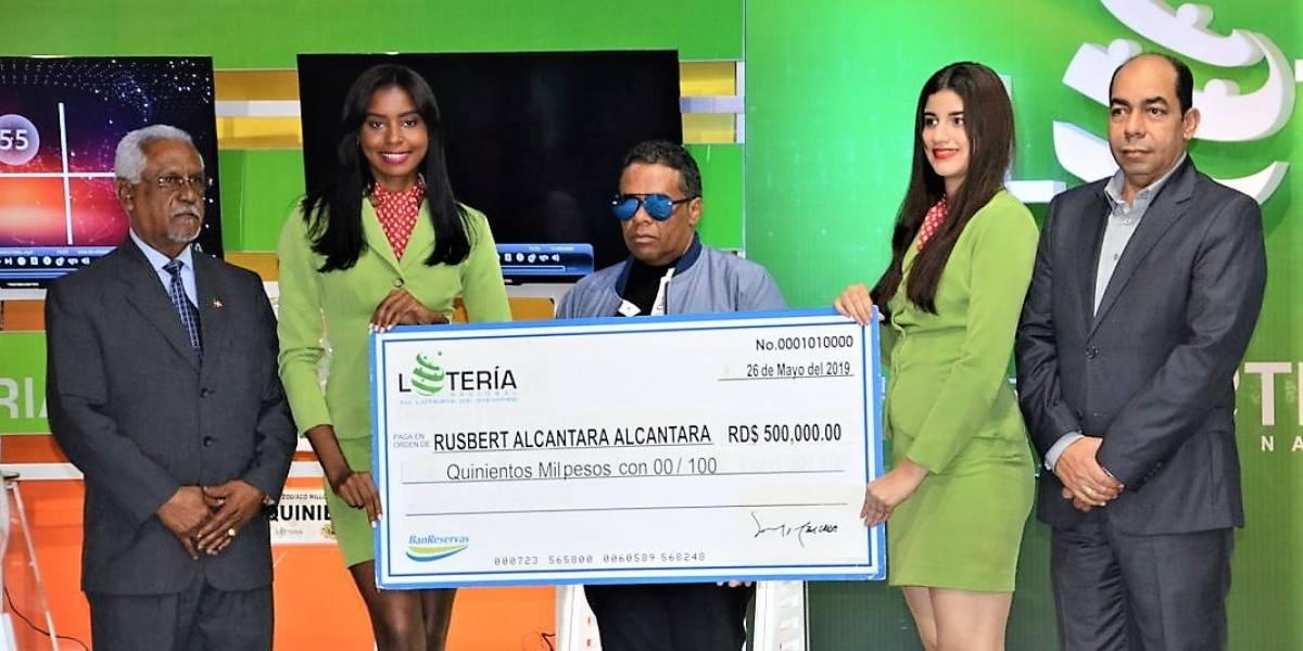Lotería Nacional entrega otro premio de 500 mil pesos a ganador del sorteo de Billetes y Quinielas
