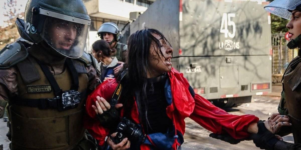 Fotógrafa agredida y detenida en el Instituto Nacional se querellará contra Carabineros de Chile