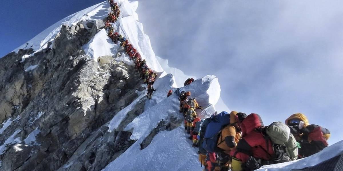 La razón por la que están muriendo más alpinistas en el Everest