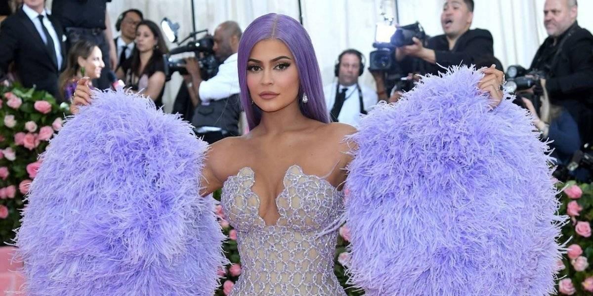 FOTOS. Kylie Jenner deja ver sus atributos con diminuto vestido transparente