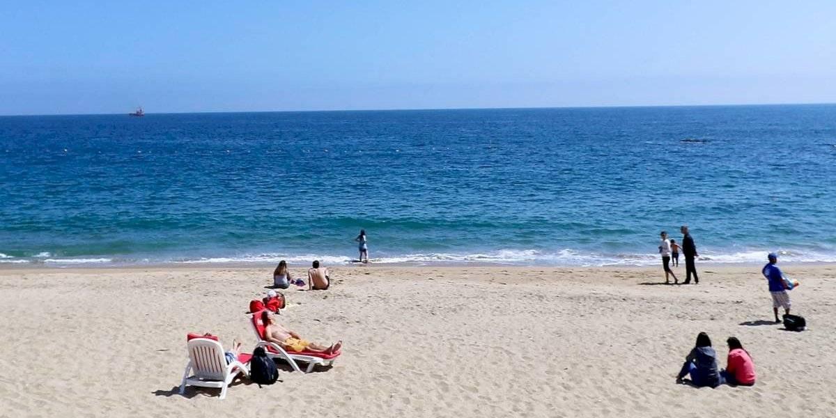Enterraron hasta el cuello a su hija de 2 años en la arena para entrar al mar y tener relaciones