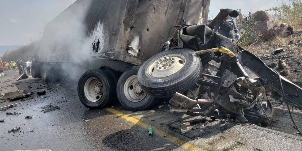 VIDEO. Autobús choca, se incendia y deja 21 muertos en México
