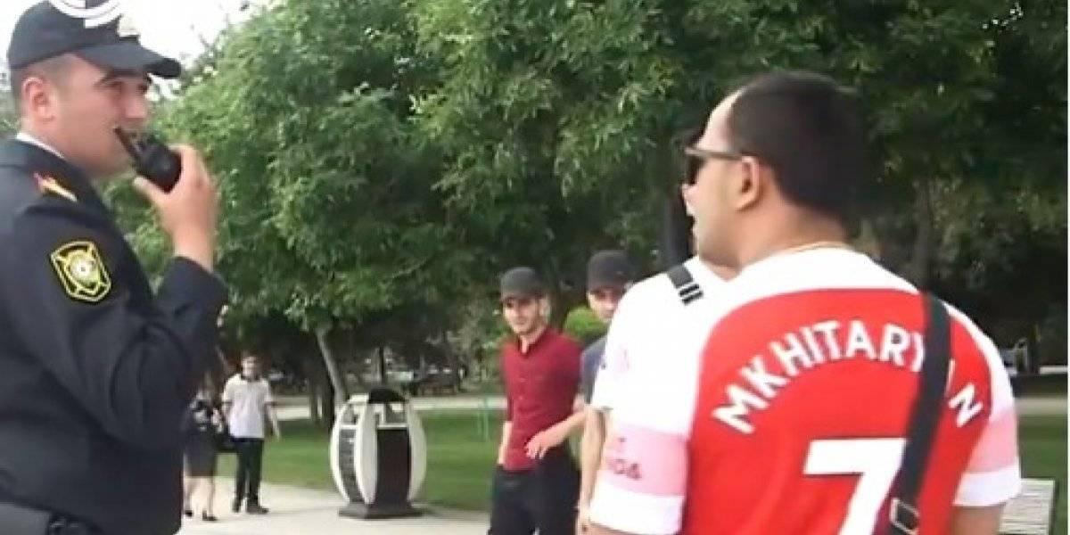 VÍDEO: polícia de Baku aborda torcedores do Arsenal com a camisa do amênio Mkhitaryan