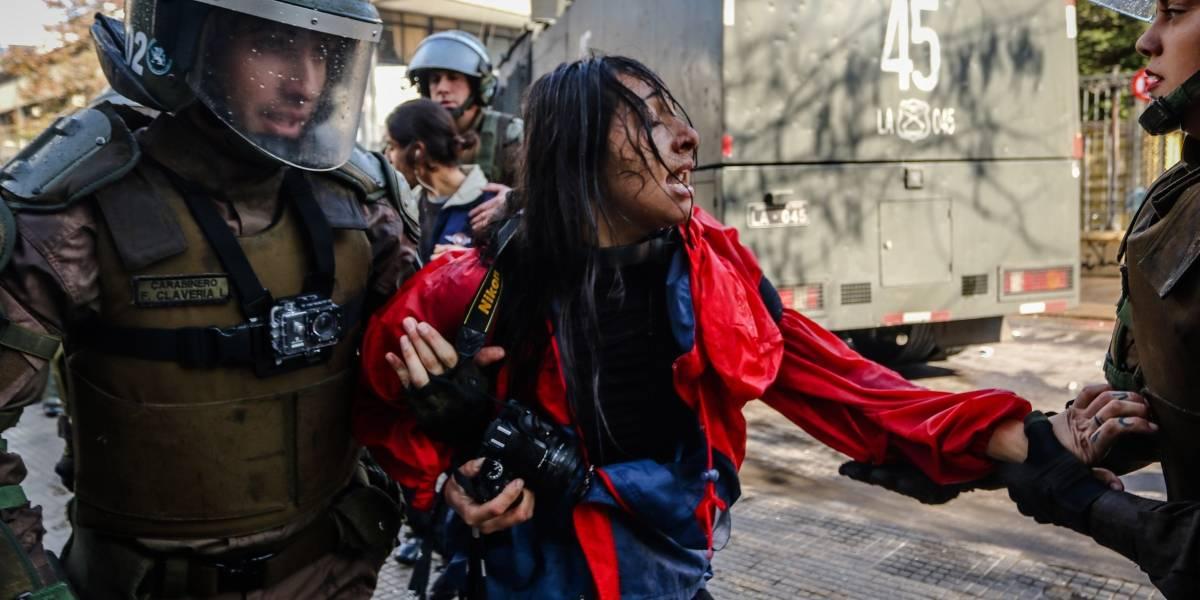 Brutal agresión a fotógrafa en el Instituto Nacional: Carabinera fue dada de baja y los antecedentes enviados al Ministerio Público