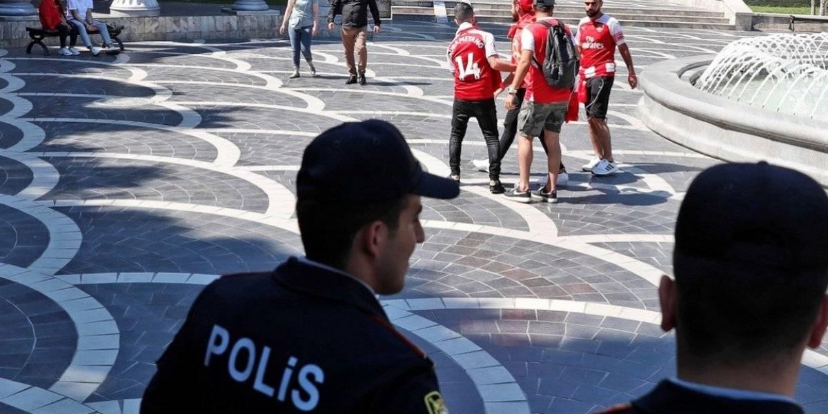 Policías acosan a hinchas del Arsenal por usar una camiseta