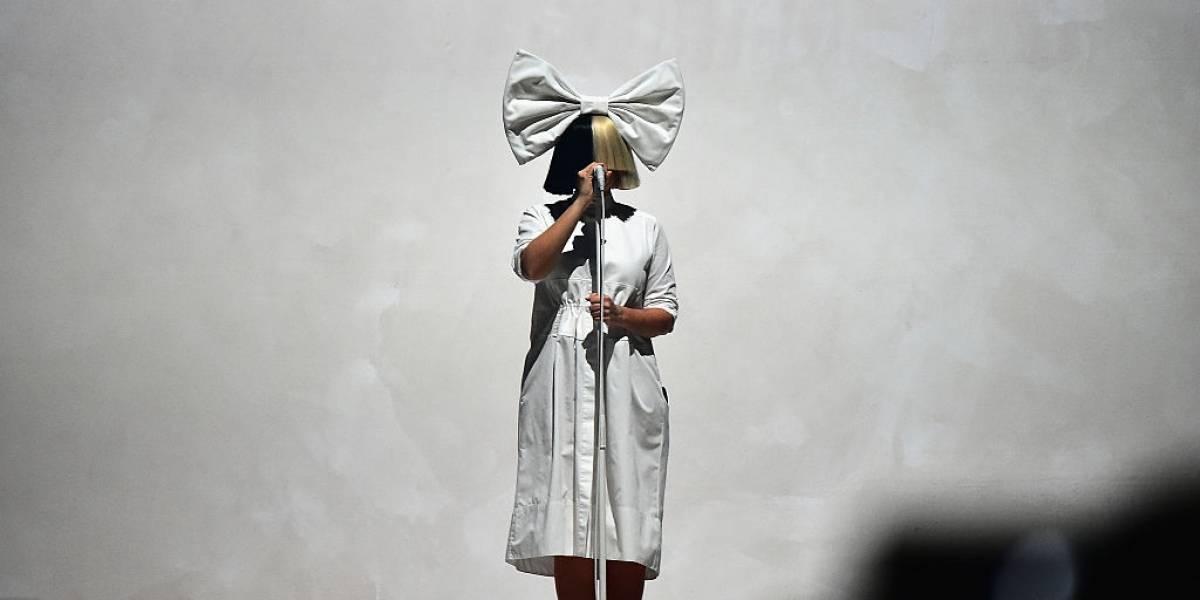 Cantora Sia quer adotar jovem que perdeu a família após pai matar a mãe nos EUA