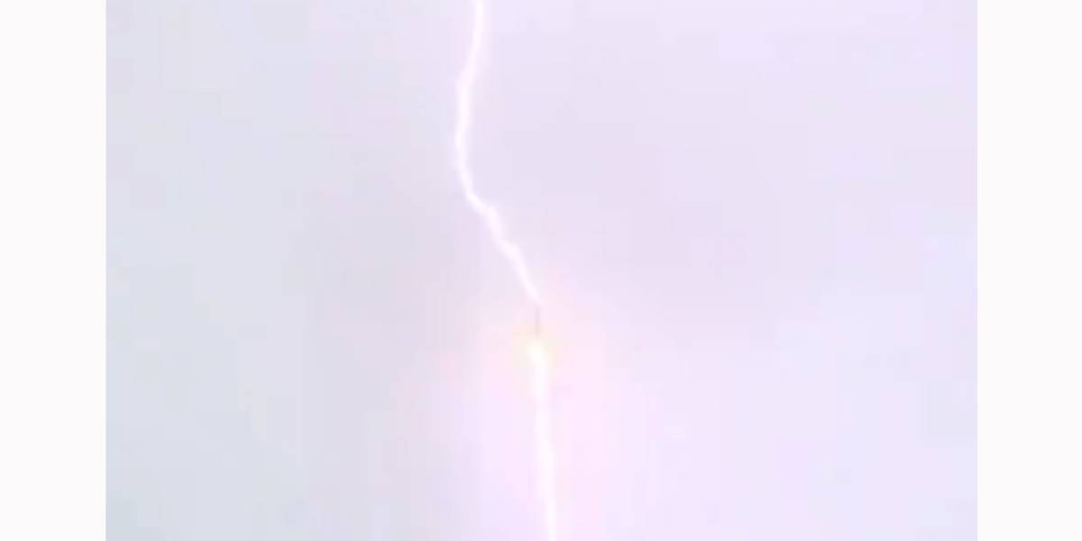 Foguete russo Soyuz é atingido por raio durante lançamento
