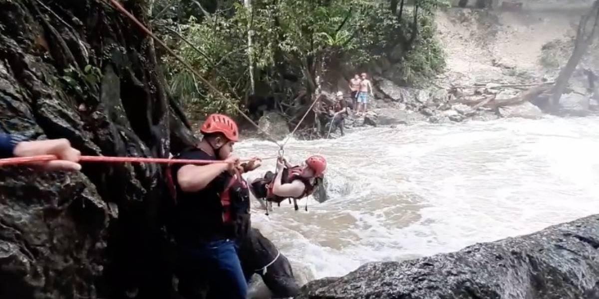 Rescatan a turistas atrapados en río Gozalandia en San Sebastián