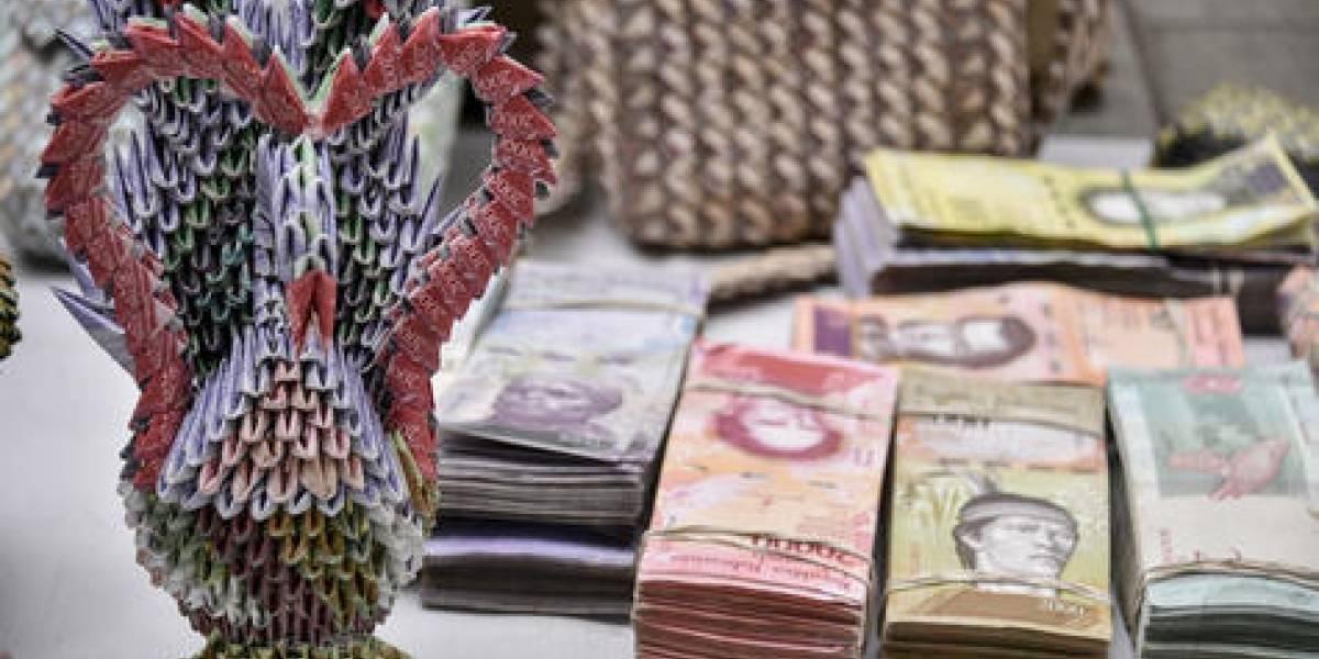 Artistas convierten billetes venezolanos en arte