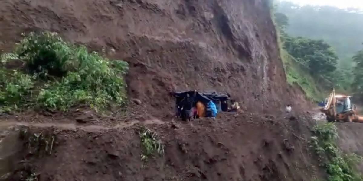 VIDEO: Vecinos trasladan a sobreviviente de accidente bajo la lluvia y en medio de un derrumbe