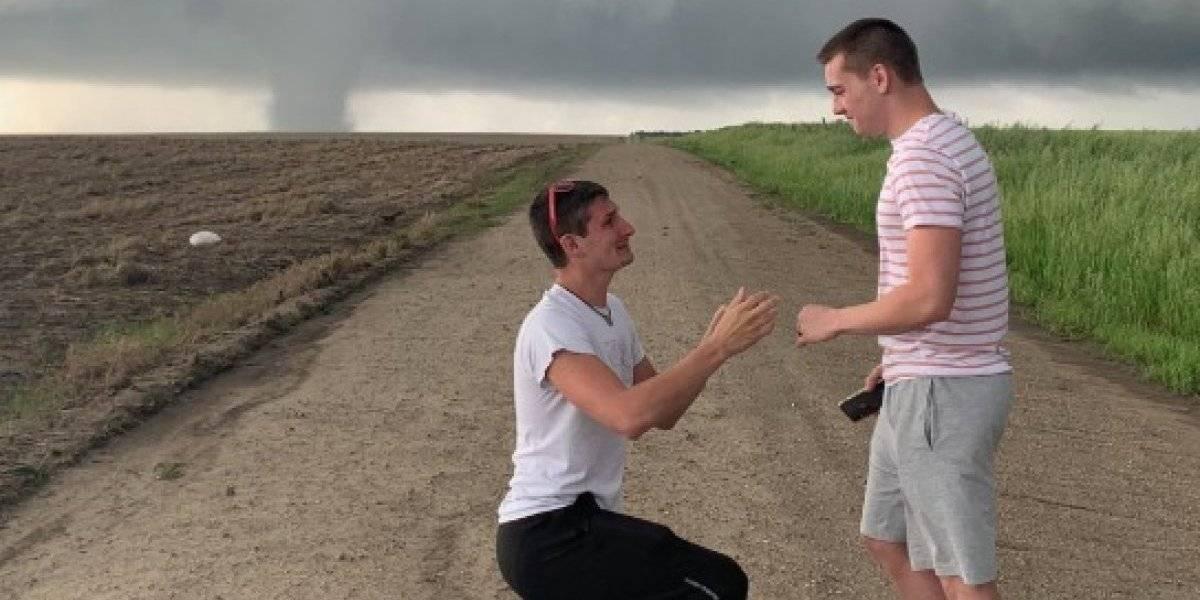 Meteorólogo le pide matrimonio a su novio frente a un tornado y se convirtió en viral