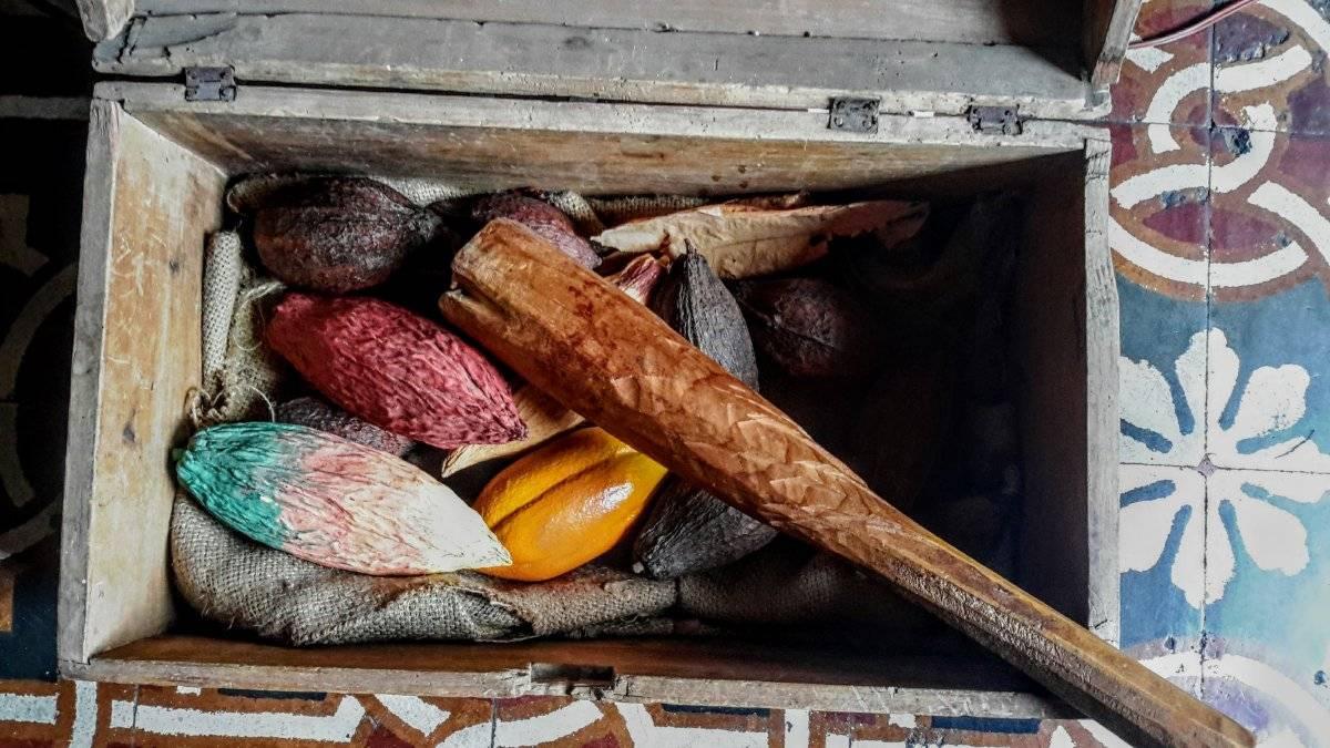 Semillas de diferentes tipos de cacao con mazo para atomizar. Alejandra Arriola