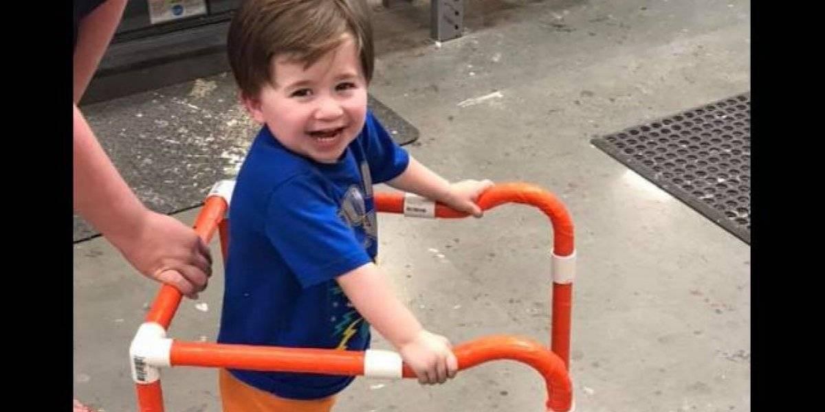 """""""Todo vale la pena por su sonrisa"""": la maravillosa reacción de un niño luego de que empleados de una tienda construyeron un andador para que pudiera caminar"""
