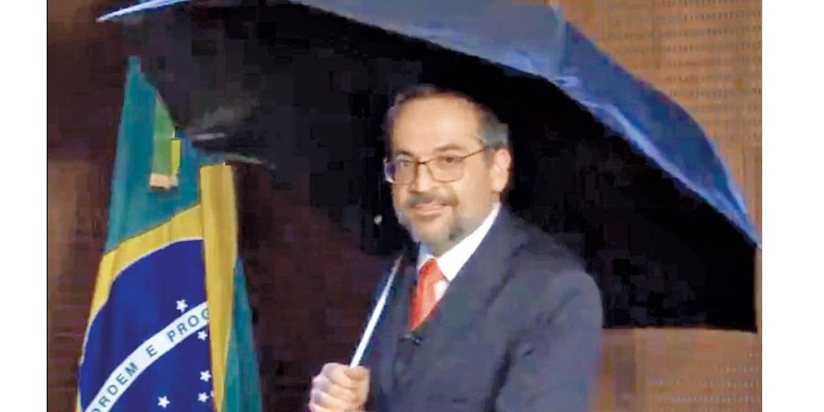 'Cantando na Chuva'. Ministro faz paródia para se queixar de 'fake news'