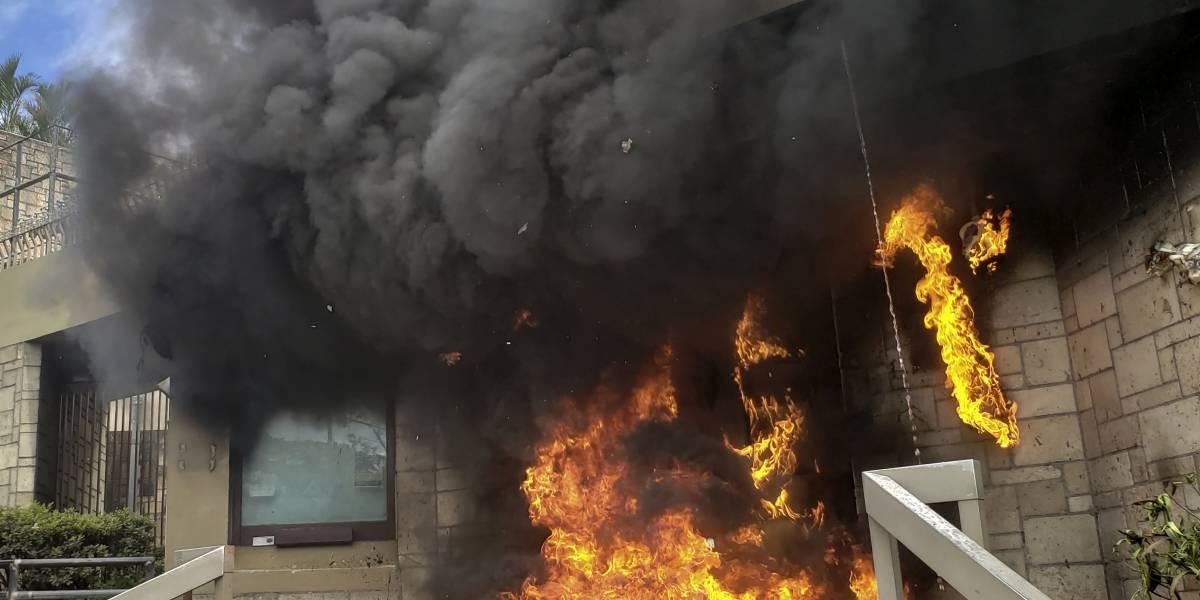 VIDEO. Hondureños queman la entrada de la embajada de Estados Unidos