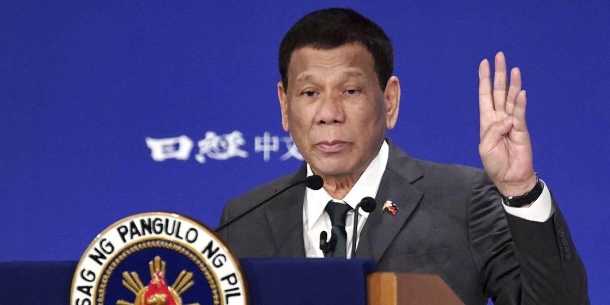"""""""Es vuestro agradecimiento a mí"""": Duterte escoge a cuatro mujeres para que lo besen en acto oficial"""