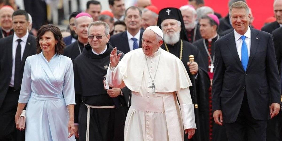 Francisco llega Rumanía a 20 años de histórica visita papal