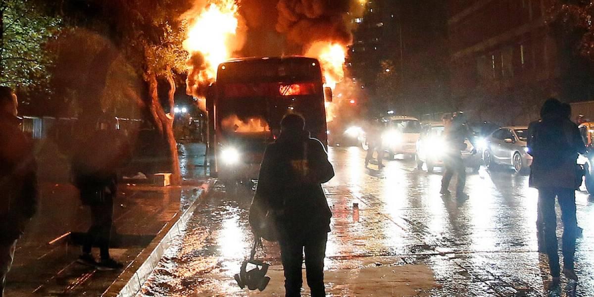 Desconocidos queman dos máquinas del Transantiago tras marcha en pleno centro de Santiago