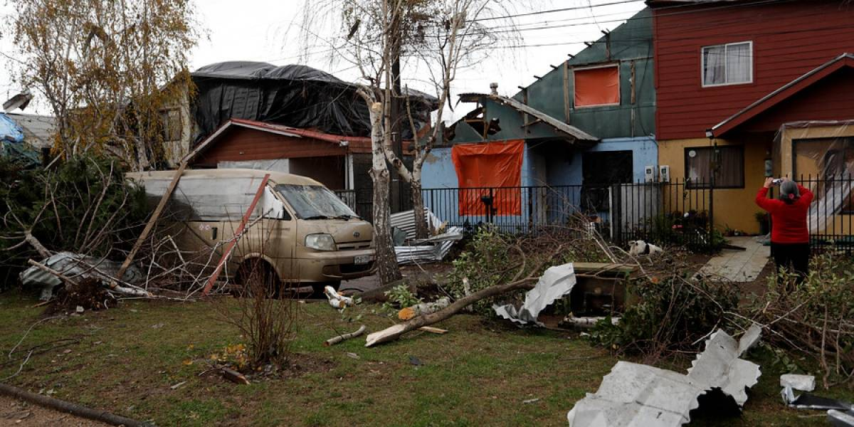 """""""El viento se lo estaba llevando"""": el aterrador relato tras rescate a hombre que era arrastrado por el devastador tornado de Los Ángeles"""