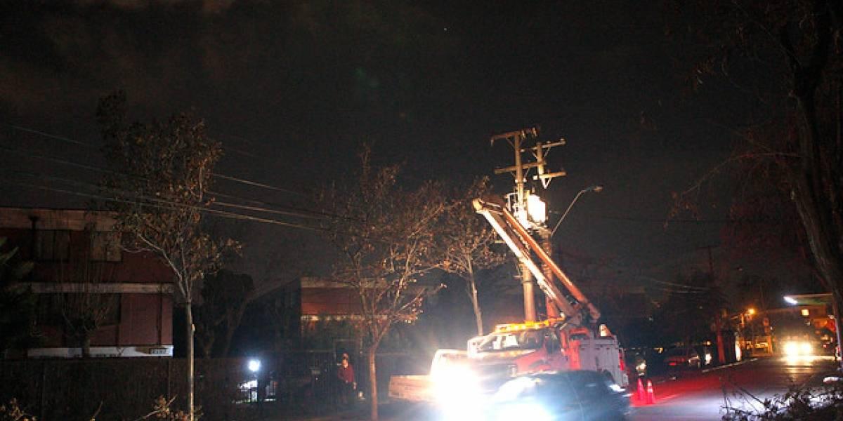 Sistema frontal en Santiago: más de 14 mil clientes continúan sin luz en la Región Metropolitana