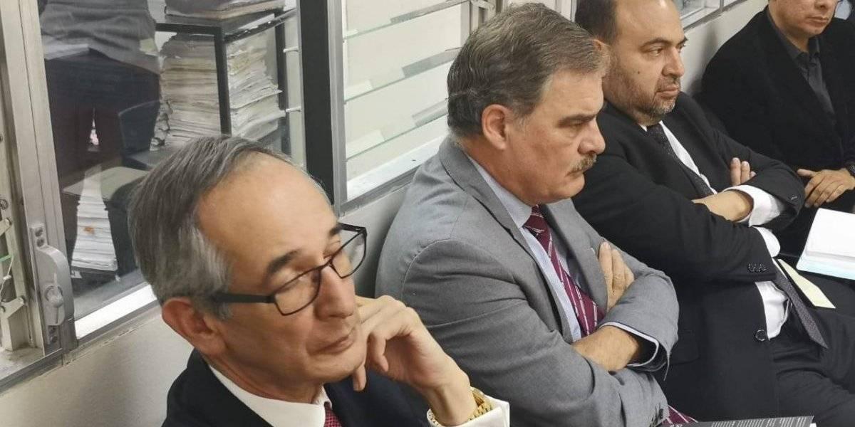Juzgado autoriza que expresidente Colom y exministro Fuentes Knight salgan del país