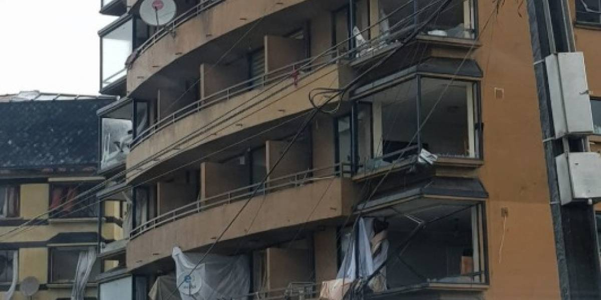 Personas atrapadas en dos edificios moviliza a bomberos en Talcahuano por paso de feroz tromba marina