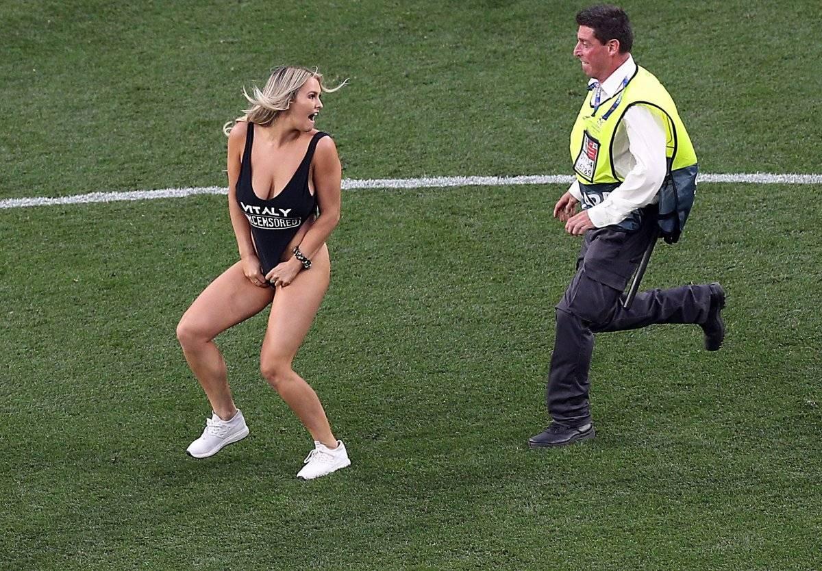 Mujer en traje de baño saltó a la cancha en la final de la Champions League EFE