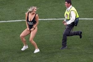 Mujer en traje de baño saltó a la cancha en la final de la Champions League