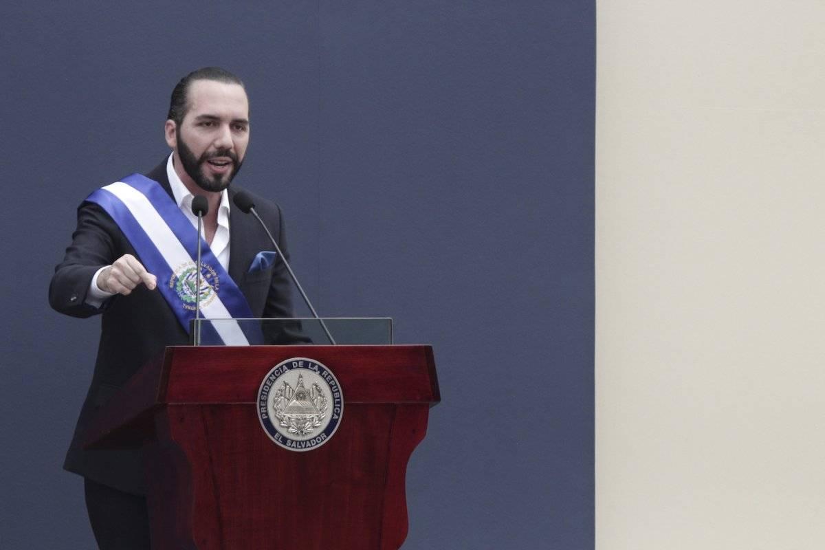 El nuevo presidente salvadoreño Nayib Bukele y su esposa Gabriela saludan a los presentes en la ceremonia de investidura en la Plaza Barrios de San Salvador, el sábado 1 de junio de 2019 Foto: AP