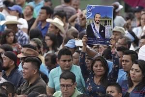 El nuevo presidente salvadoreño Nayib Bukele y su esposa Gabriela saludan a los presentes en la ceremonia de investidura en la Plaza Barrios de San Salvador, el sábado 1 de junio de 2019