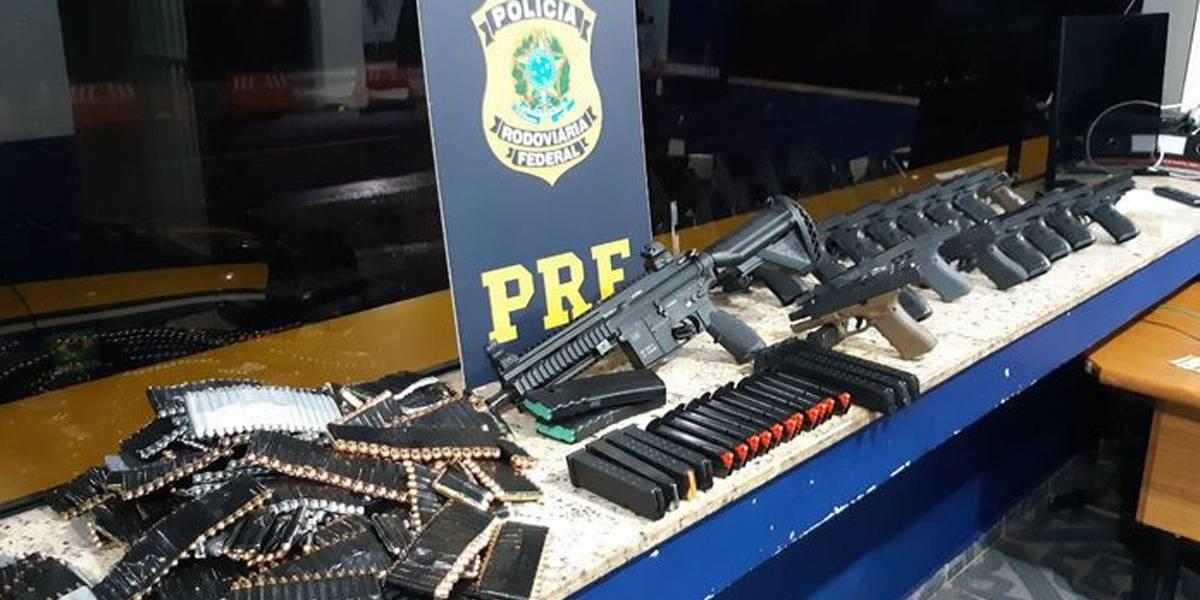 PRF apreende fuzil, pistolas e munições escondidas em carro de passeio