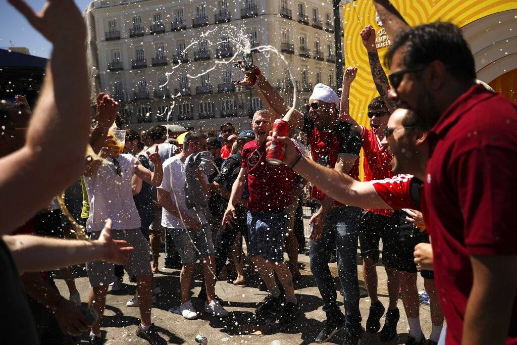 Miles de aficionados consumieron alcohol antes del partido AP