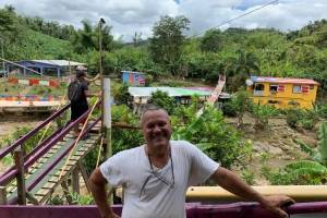 Puente colgante colorido en Adjuntas