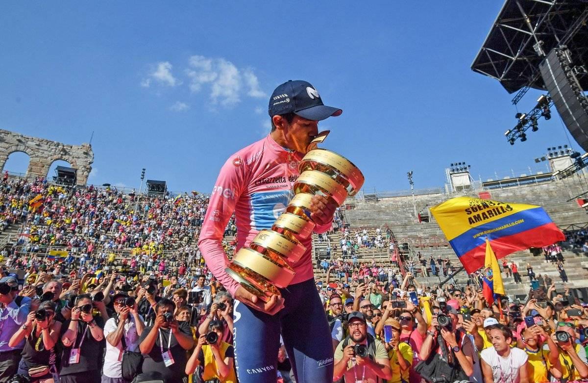 Richard Carapaz con el trofeo