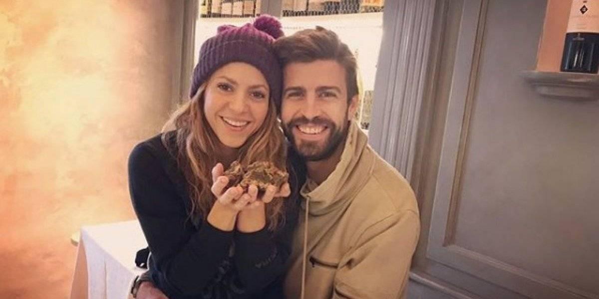 """FOTO. Shakira posa en entallado atuendo """"trepada"""" en Gerard Piqué"""