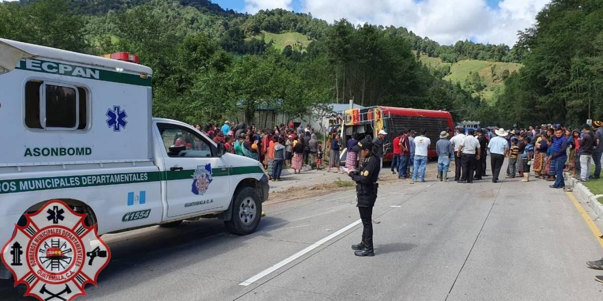 Un muerto y al menos diez heridos tras volcar autobús en ruta Interamericana