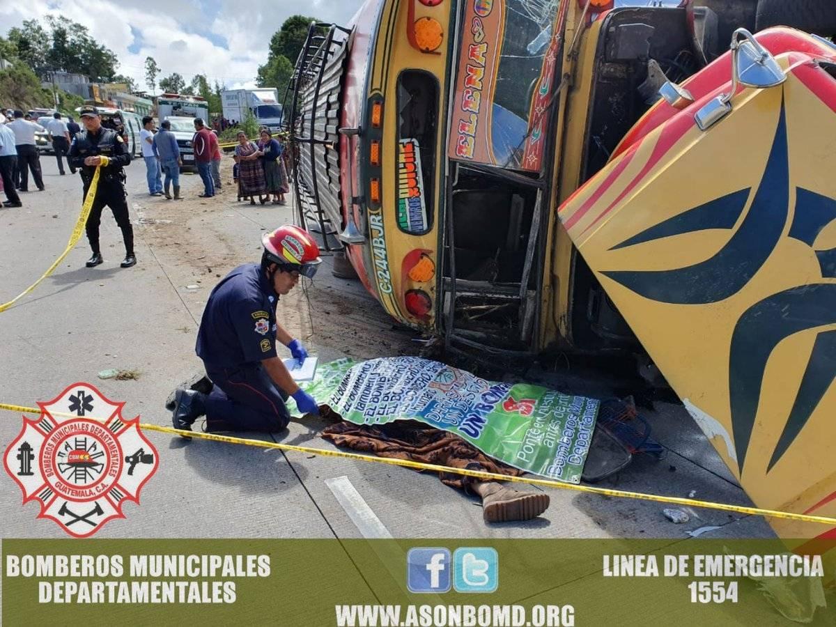 bus volcado en Km. 100 ruta Interamericana