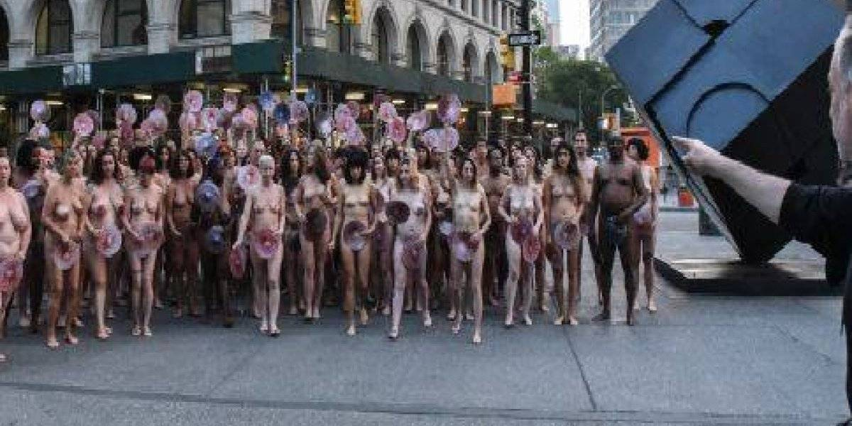 Protesta al desnudo contra censura en Facebook