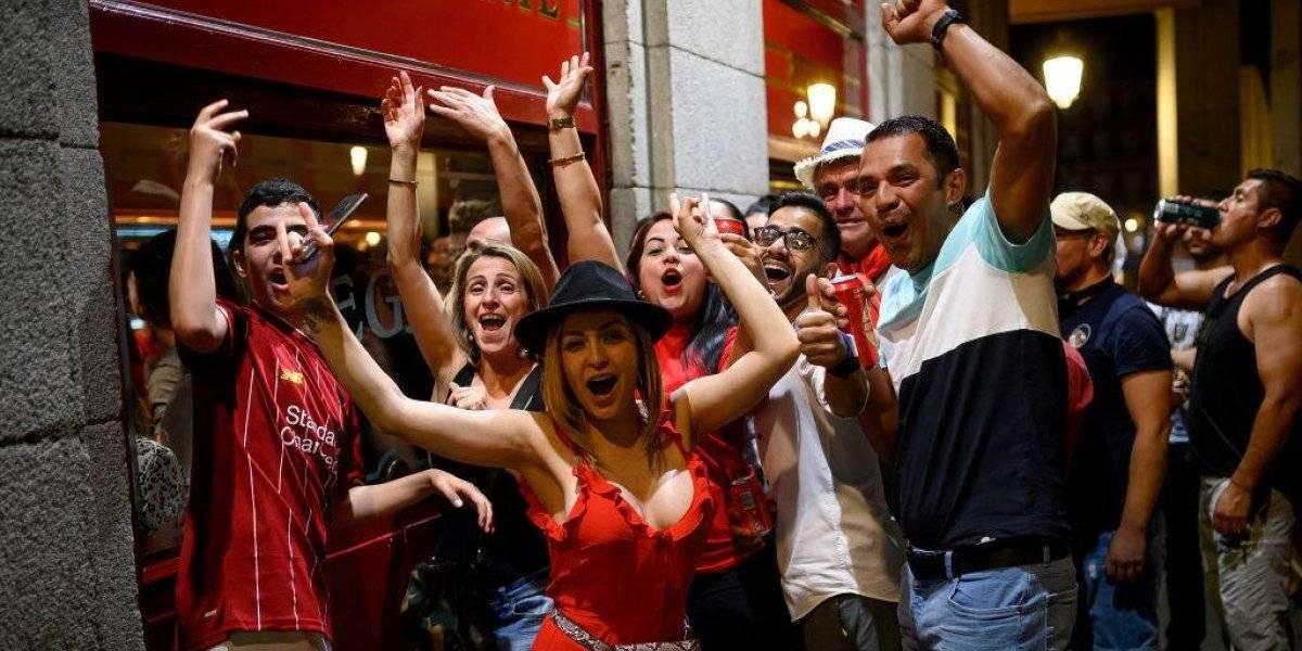 VIDEO: Aficionados del Liverpool festejan en tienda del Barça