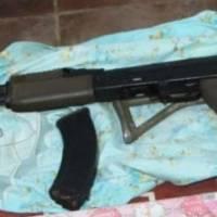 Dos pandilleros capturados con un fusil de asalto oculto en caja de regalo