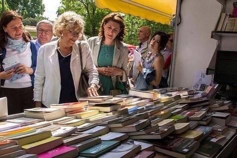 Público en la Feria del libro. 2