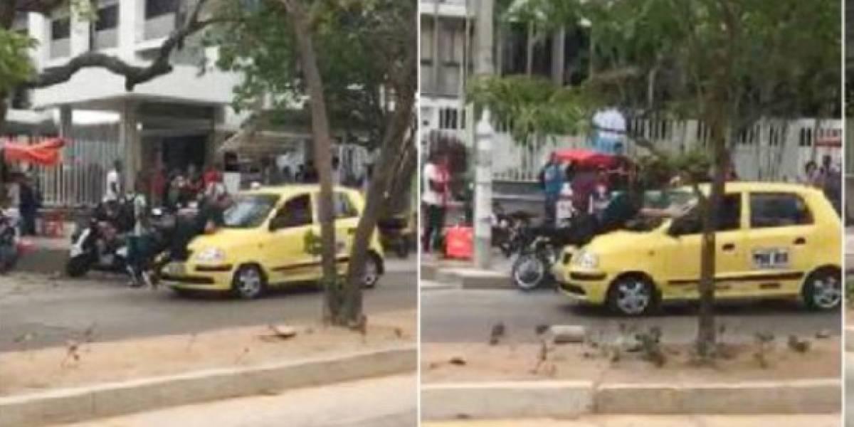 (Video) Hombre se lanza sobre un taxi que lo estrelló para que no escape