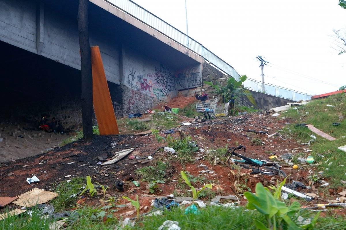 Moradores de rua ocupam área embaixo do viaduto Tamarutaca Ari Paleta/Metro