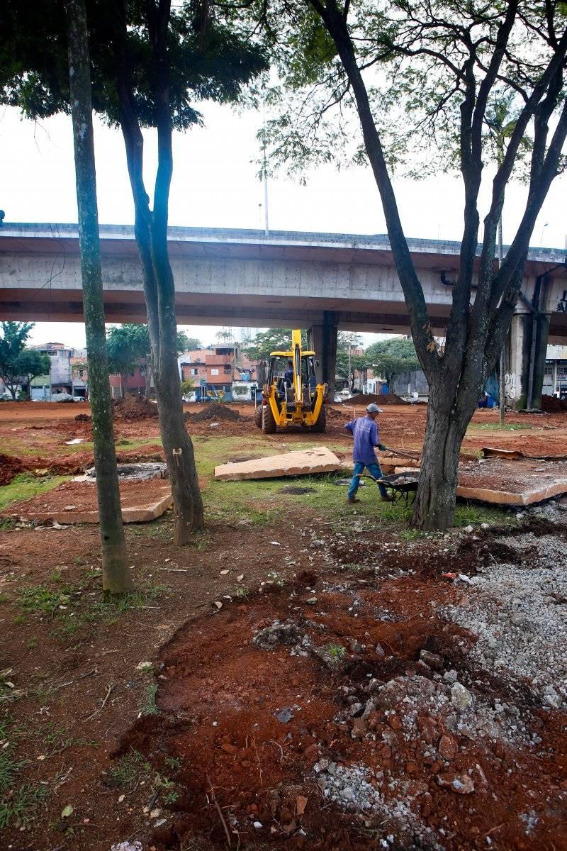 Obra de área de lazer próxima à avenida Lauro Gomes Ari Paleta/Metro