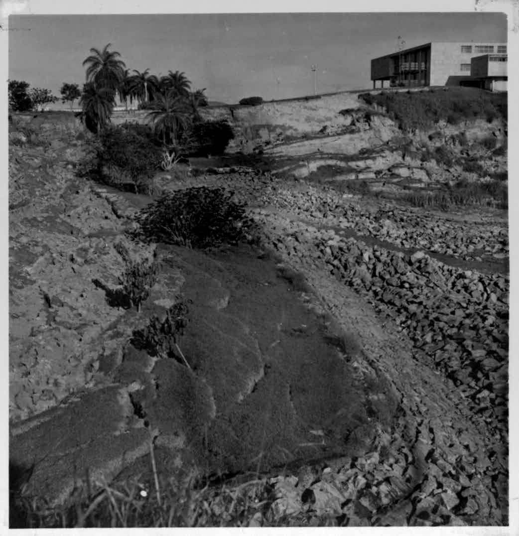 Lagoa sem água nas proximidades do antigo cassino, hoje Museu de Arte da Pampulha Arquivo Público de Belo Horizonte