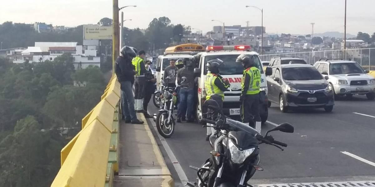Rescatan a mujer que intentaba lanzarse de puente junto con sus hijos