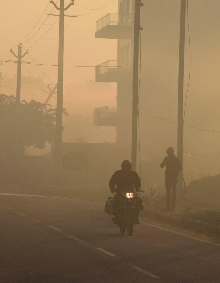 INDIA, El 7 de marzo de 2019, un hombre indio cabalga en medio de una pesada niebla tóxica en Gurgaon, un día después de haber sido colocado encima de un informe sobre las ciudades más contaminadas del mundo para 2018. AFP
